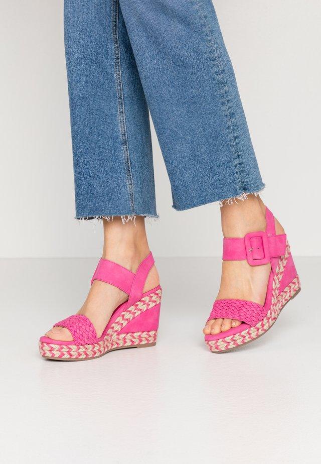 Sandali con tacco - fucsia