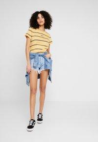 Levi's® - GRAPHIC SURF TEE - Camiseta estampada - alyssa/ochre - 1
