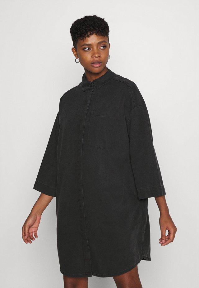 LISEN DRESS - Denimové šaty - black dark