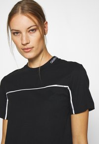 Calvin Klein Jeans - LOGO PIPING CROPPED TEE - Print T-shirt - black - 3