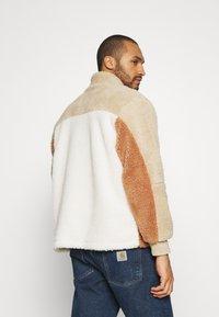 Topman - BLOCKED BORG - Fleece jumper - stone - 2