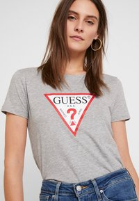 Guess - CREW NECK SS - T-shirt z nadrukiem - stone heather grey - 5