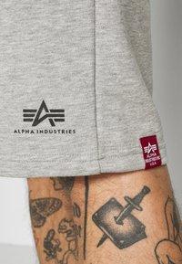 Alpha Industries - BASIC SMALL LOGO - Shortsit - grey heather - 3