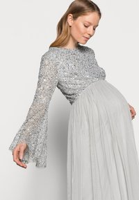 Maya Deluxe Maternity - DELICATE BELL SLEEVE DRESS - Robe de cocktail - soft grey - 3