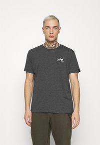 Alpha Industries - BASIC SMALL LOGO - Basic T-shirt - charcoal heather/white - 0