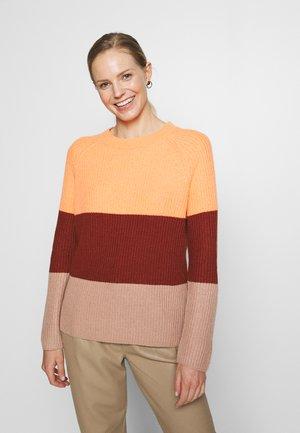 Stickad tröja - orange/brown