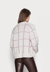Abercrombie & Fitch - MID LENGTH CARDID PATTERN  - Cardigan - cream windowpane - 2