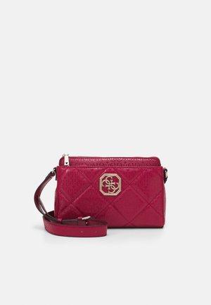 DILLA GIRLFRIEND CROSSBODY - Across body bag - berry