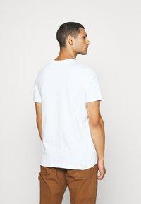 Nike Sportswear - TEE PREHEAT  - T-shirt con stampa - white - 2