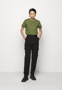 Holzweiler - SUZANA - T-shirt print - army - 1