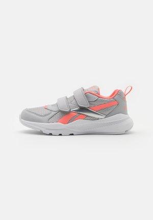 XT SPRINTER ALT UNISEX - Neutral running shoes - grey/coral/silver metallic