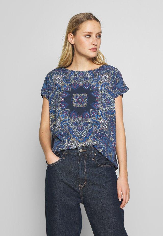 Camiseta estampada - classic blue/nature