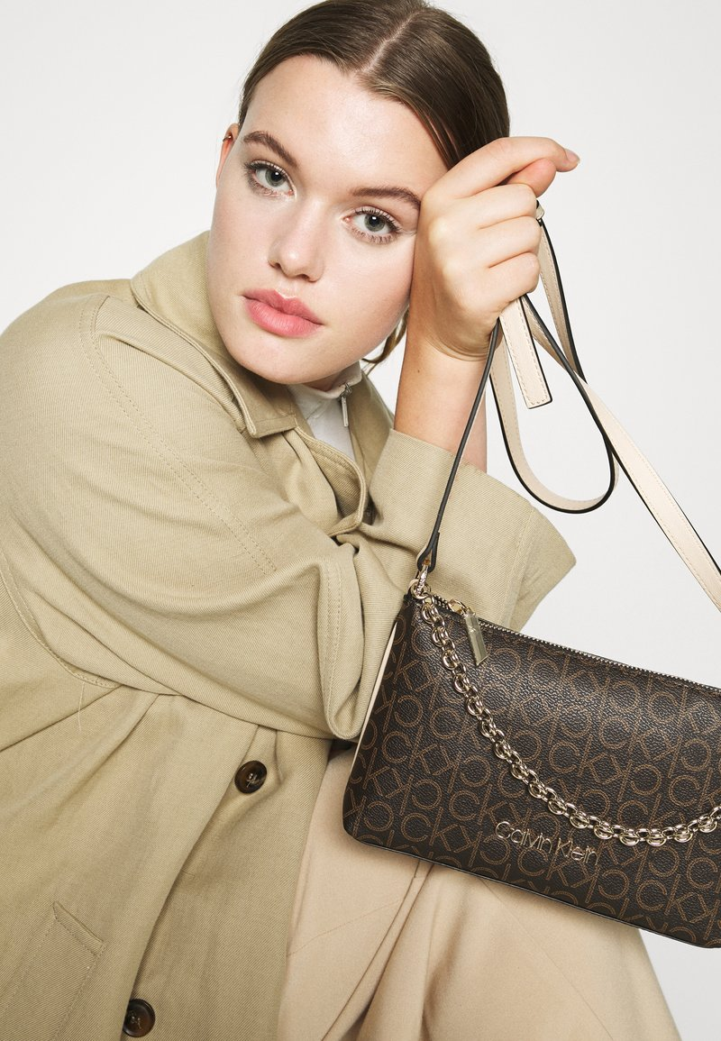 Calvin Klein - CROSSBODY CHAIN - Håndveske - brown