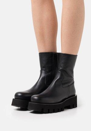 AINOKU - Kotníkové boty na platformě - black omega