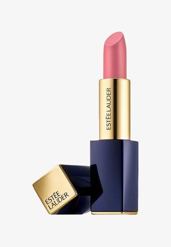 PURE COLOR ENVY LIPSTICK  - Rouge à lèvres - 410 dynamic