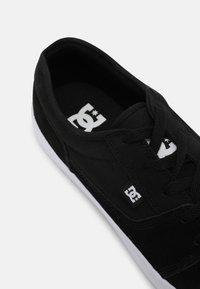 DC Shoes - TONIK UNISEX - Trainers - black/white - 6
