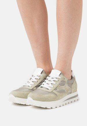 FELIPA - Sneakers laag - yucca/weiß