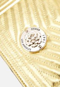 Guess - LIDA CONVERTIBLE XBODY FLAP - Håndtasker - gold-coloured - 3
