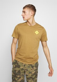 The North Face - MENS GRAPHIC TEE - Print T-shirt - british khaki - 0