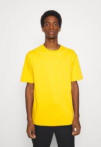 Selected Homme - SLHLOOSEGILMAN O NECK TEE - Basic T-shirt - mango mojito - 0