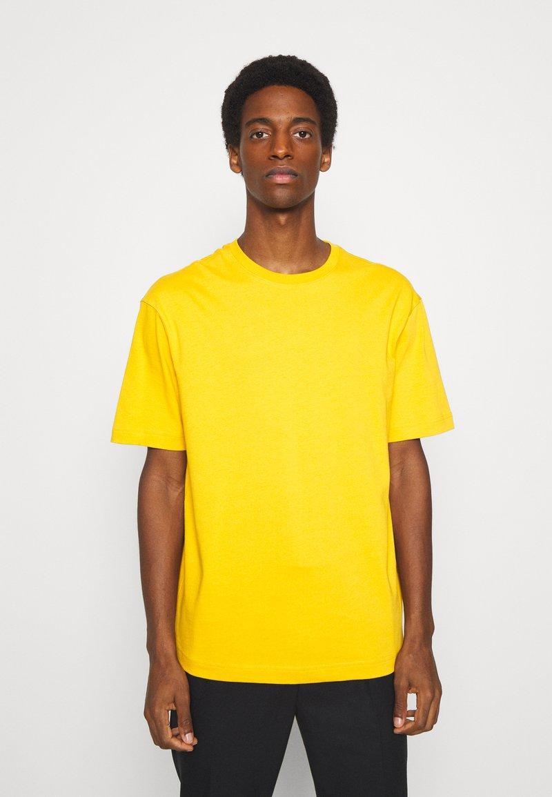 Selected Homme - SLHLOOSEGILMAN O NECK TEE - Basic T-shirt - mango mojito
