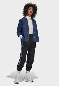 adidas Originals - ADICOLOR TRICOLOR PRIMEBLUE TRACKSUIT BOTTOMS - Pantalon de survêtement - black - 1