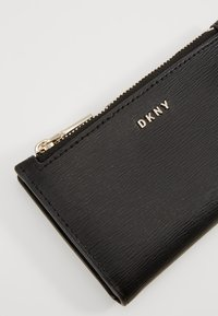 DKNY - BRYANT BIFOLD CARD HOLDER SUTTON - Punge - black - 2