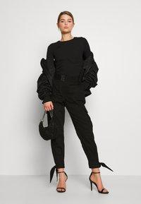 NA-KD - Erica Kvam x NA-KD - Pantalones - black - 1