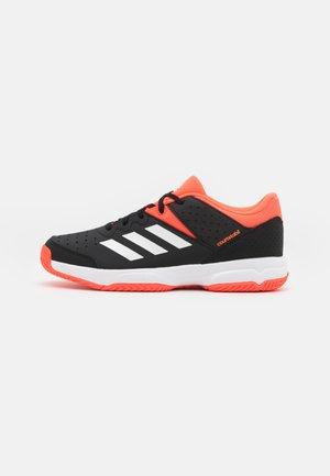 COURT STABIL UNISEX - Zapatillas de balonmano - core black/footwear white/solar red