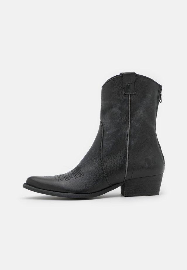 WEST - Kovbojské/motorkářské boty - bufalo/vintageblack