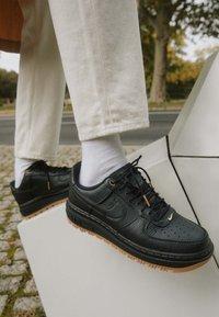 Nike Sportswear - AIR FORCE 1 LUXE - Sneakers laag - black/bucktan/yellow - 2