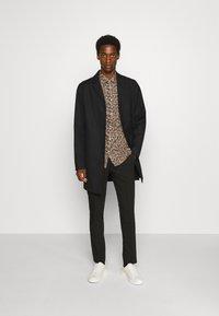 Selected Homme - SLHREGPEN-HUNTER SHIRT  - Overhemd - black - 1