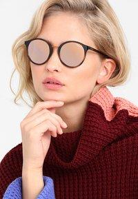 VOGUE Eyewear - Sluneční brýle - black/rose gold - 1