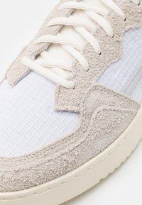 adidas Originals - SUPERCOURT UNISEX  - Zapatillas - offwhite/footwear white/chalk solid grey - 7