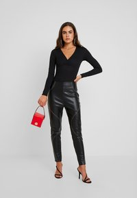 Missguided - CONTRAST STITCH TROUSERS - Stoffhose - black - 2