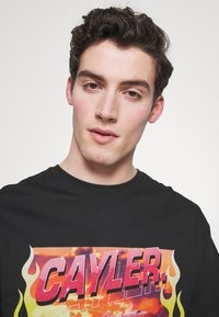 Cayler & Sons - RIDE OR FLY TEE - Print T-shirt - black - 3