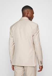 Isaac Dewhirst - PLAIN LIGHT SUIT - Completo - light brown - 3
