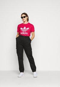 adidas Originals - TREFOIL TEE - T-shirts print - power pink/white - 1