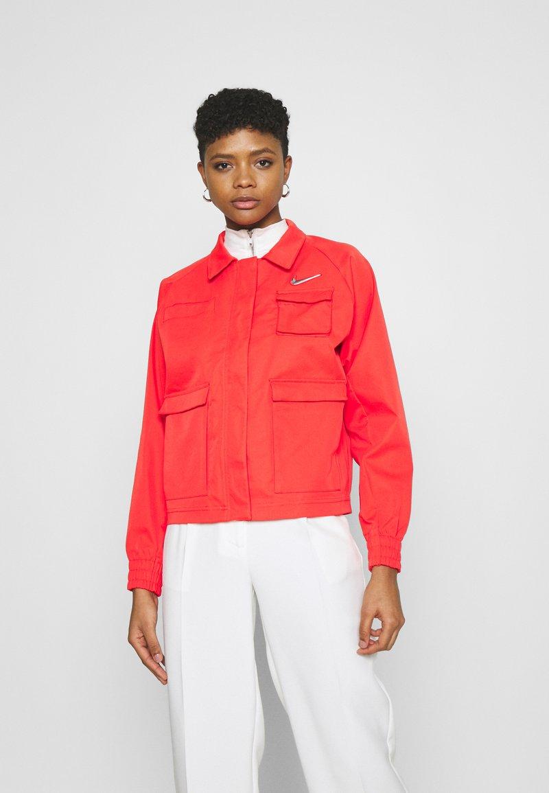 Nike Sportswear - Lett jakke - light crimson