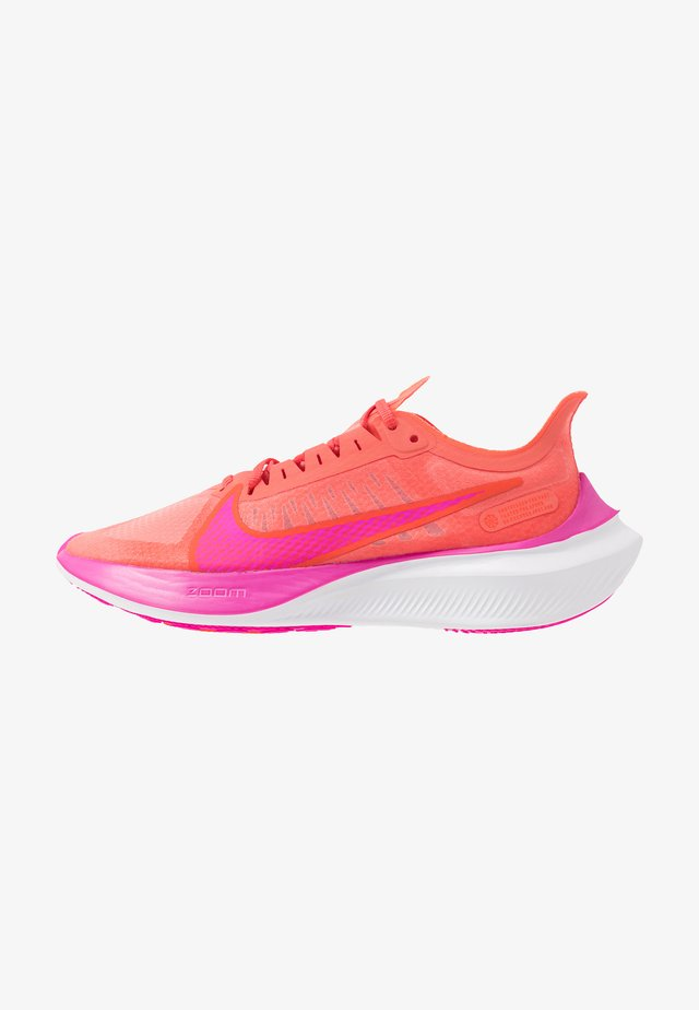 ZOOM GRAVITY - Neutral running shoes - magic ember/fire pink/team orange