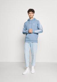 adidas Originals - 3-STRIPES HOODY ORIGINALS ADICOLOR SWEATSHIRT HOODIE - Hoodie - ambient sky - 1
