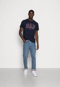 GAP - CITY ARCH TEE - Print T-shirt - new classic navy - 1