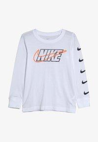 Nike Sportswear - OUTLINED BLOCK TEE - Maglietta a manica lunga - white - 2