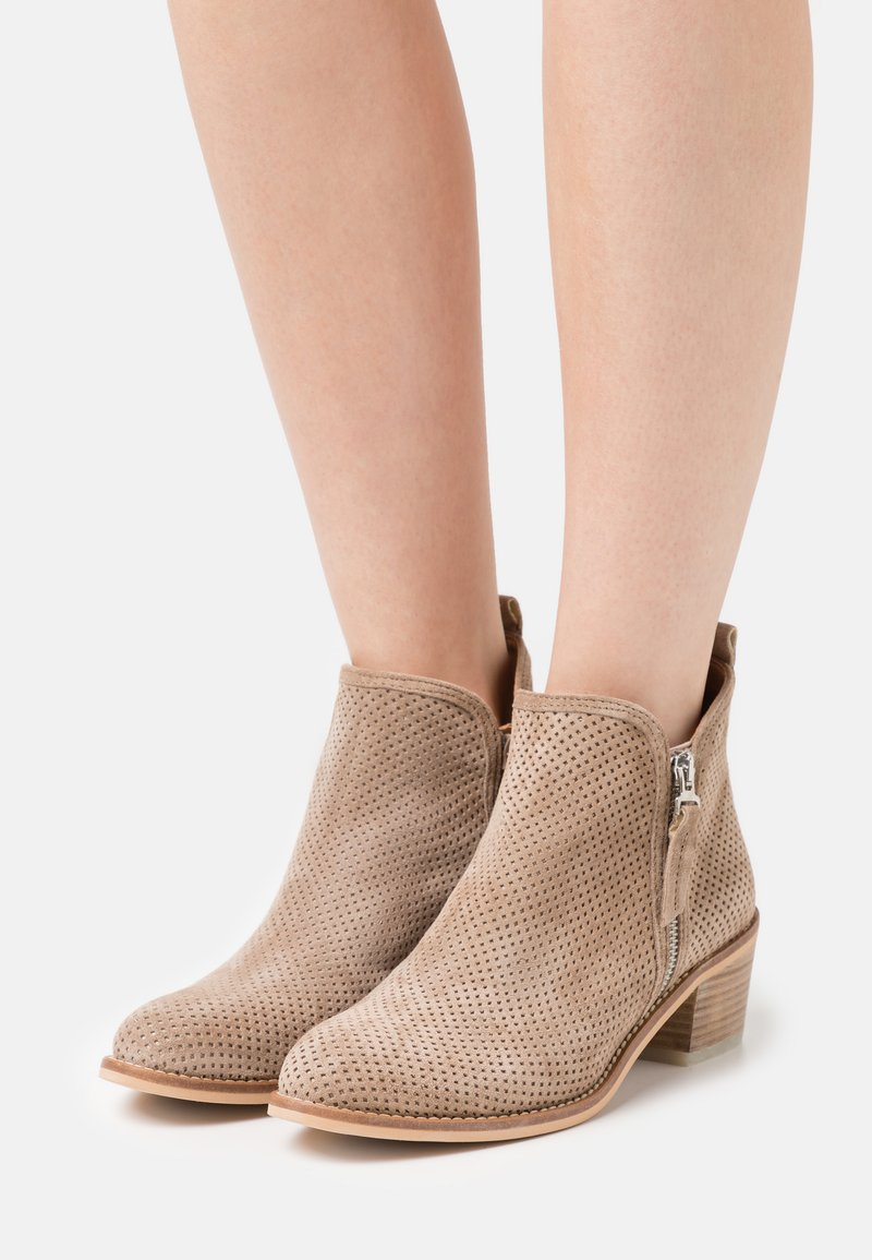 Alpe - NELLY - Ankle boots - dessert