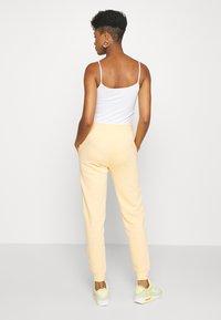 Nike Sportswear - Pantalon de survêtement - orange/chalk - 2