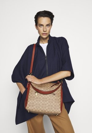 SIGNATURE SHAY SHOULDER BAG - Handtasche - tan rust