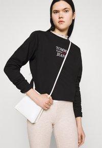 Tommy Jeans - LOGO CREW - Sweatshirt - black - 3