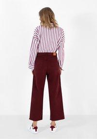 Scalpers - Flared Jeans - burgundy - 3