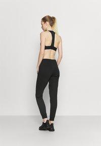 Reebok - LINEAR LOGO PANT - Teplákové kalhoty - black - 2