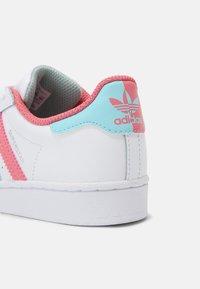 adidas Originals - SUPERSTAR UNISEX - Sneakers laag - white/hazy rose/sky - 6
